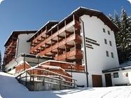 Rezidenca z različnimi tipi apartmajev, ki sprejmejo od 3-8 oseb, primerna za družine ali organizirane skupin, se nahaja nedaleč od centra mesta na mirni lokaciji