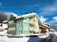 Hiša Spinel z enim apartmajem za 3 osebe, se nahaja v predelu Fontanazzo, 1,5 km od gondole Col Rodella in 1,2 km od centra Campitella.