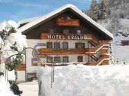 Hotel Evaldo je višjegakakovostnega razreda in vam ponujaprijetno družinsko vzdušje in storitve najboljše kvalitete. Za povezavo s smučiščem skrbi hotelski taxi.
