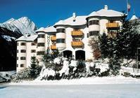 Objekti, ki sestavljajo hotelsko-apartmajski kompleks Goldried, ležijo blizu smučišča, na mirni, razgledni in sončni lokaciji, približno 500 m iz središča Matreia.