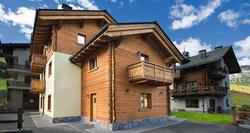 Apartmajska hiša ima odlično lokacijo, saj se ob zadostni količini snega lahko odpeljete in pripeljete s smučmi do hiše. Od peš zone je oddaljena 200