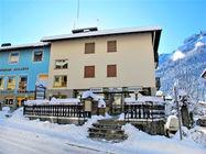 Hiša Manzini se nahaja v centru mesta in ponuja 3 apartmaje, ki sprejmejo od 2-6 oseb. Od gondole Belvedere je oddaljena 500 m. Postaja smučarskega av