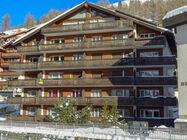Apartma Pirata za 8 oseb, se nahaja v predelu Wiesti, 650 m od centra mesta, 400 m od smučišča in 1,4 km od žičnice Zermatt-Matterhorn.