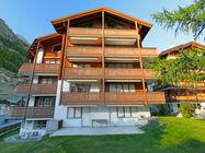 Hiša Les Violettes ponuja 2 apartmaji, ki lahko sprejmeta od 2-6 oseb. Nahaja se v predelu Spiss, 800 m od centra mesta in 500 m od smučišča in žičnice Sunnegga.