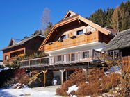 Apartmajska hiša zgrajena leta 2007 se nahaja v predelu Obertschern, na sončni in panoramski legi. Ima odlično lokacijo saj je od smučišča oddaljena le 100 m, od žičnice Sonnwiesennbahn pa 150 m.