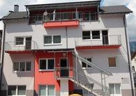 Hiša ima 4 apartmaje, ki lahko sprejmejo od 4-7 oseb. Prostorni in lepo urejeni apartmaji so opremljeni s Sat TV, nekateri z brezžičnim internetom (brezplačno), pomivalnim strojem, pečico in imajo balkon